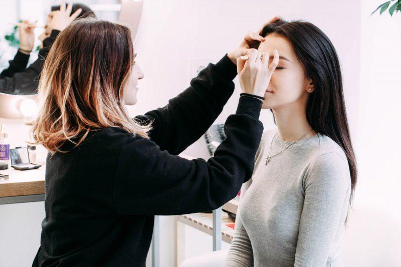 mulher-fazendo-sobrancelhas-no-salão