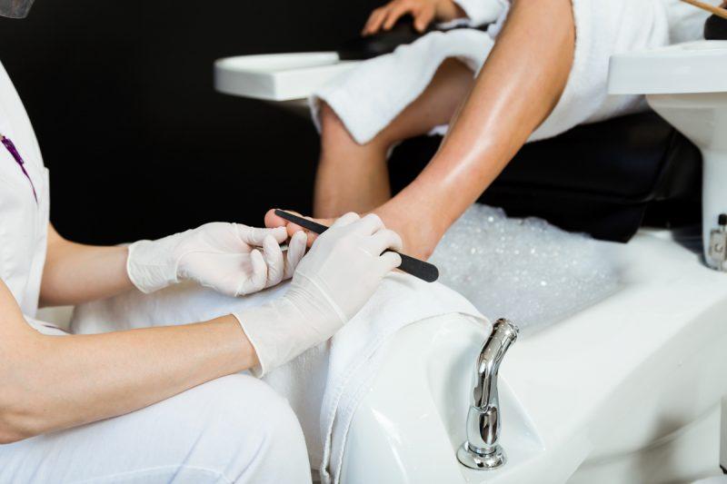 manicure-pedicure-fazendo-unhas-no-salão